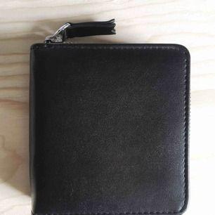 ▪️Helt ny plånbok från Monki. ▪️Mått: ca 12x11 cm. ▪️Nypris 120kr.