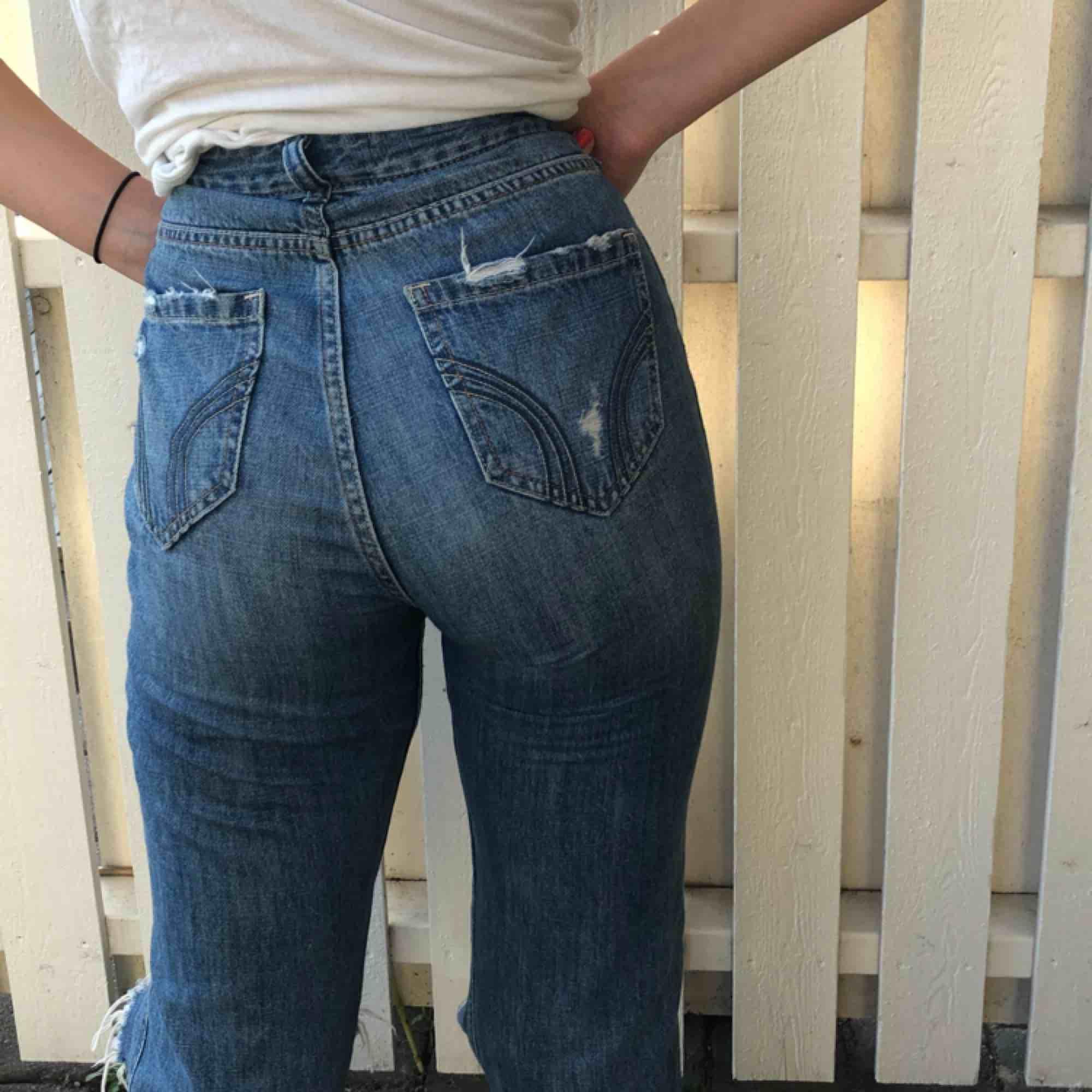 Snygga slitningar på dessa hollister jeans. Knappast använda och i mycket bra skick! Frakt tillkommer🤩💙👌🏼. Jeans & Byxor.