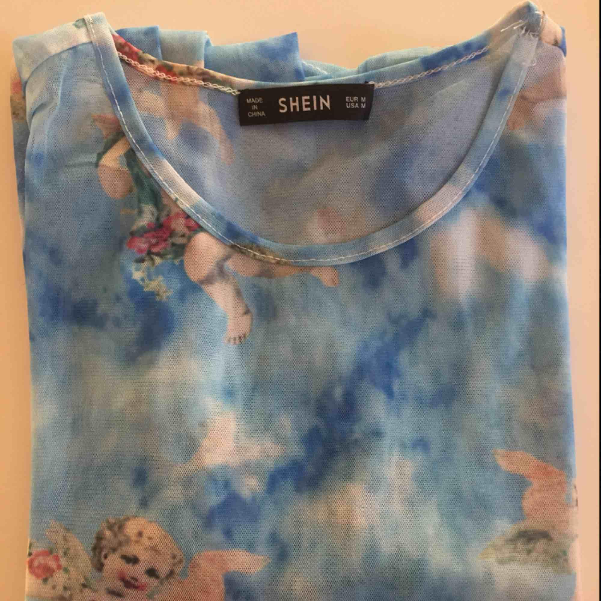 Supersnygg tröja från SHEIN! Jättesnygga ängeldetaljer, använd ca tre gånger, så i gott skick! . Toppar.