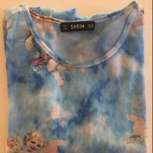 Supersnygg tröja från SHEIN! Jättesnygga ängeldetaljer, använd ca tre gånger.