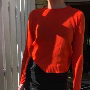 Fin stickad tröja med en fin orange färg! Mysig och passar till det allra mesta. En liten frakt kommer till🧡...