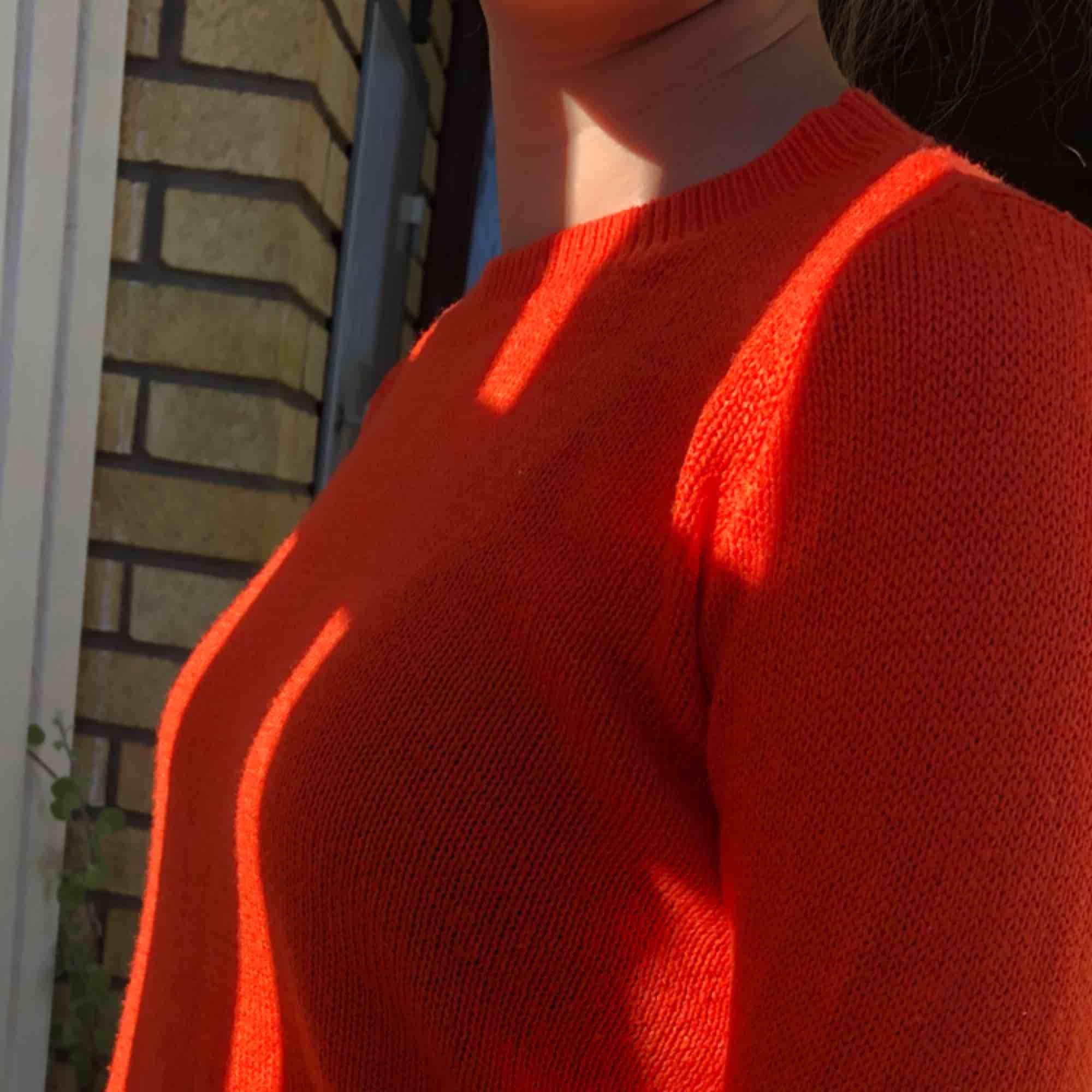 Fin stickad tröja med en fin orange färg! Mysig och passar till det allra mesta. En liten frakt kommer till🧡.... Stickat.