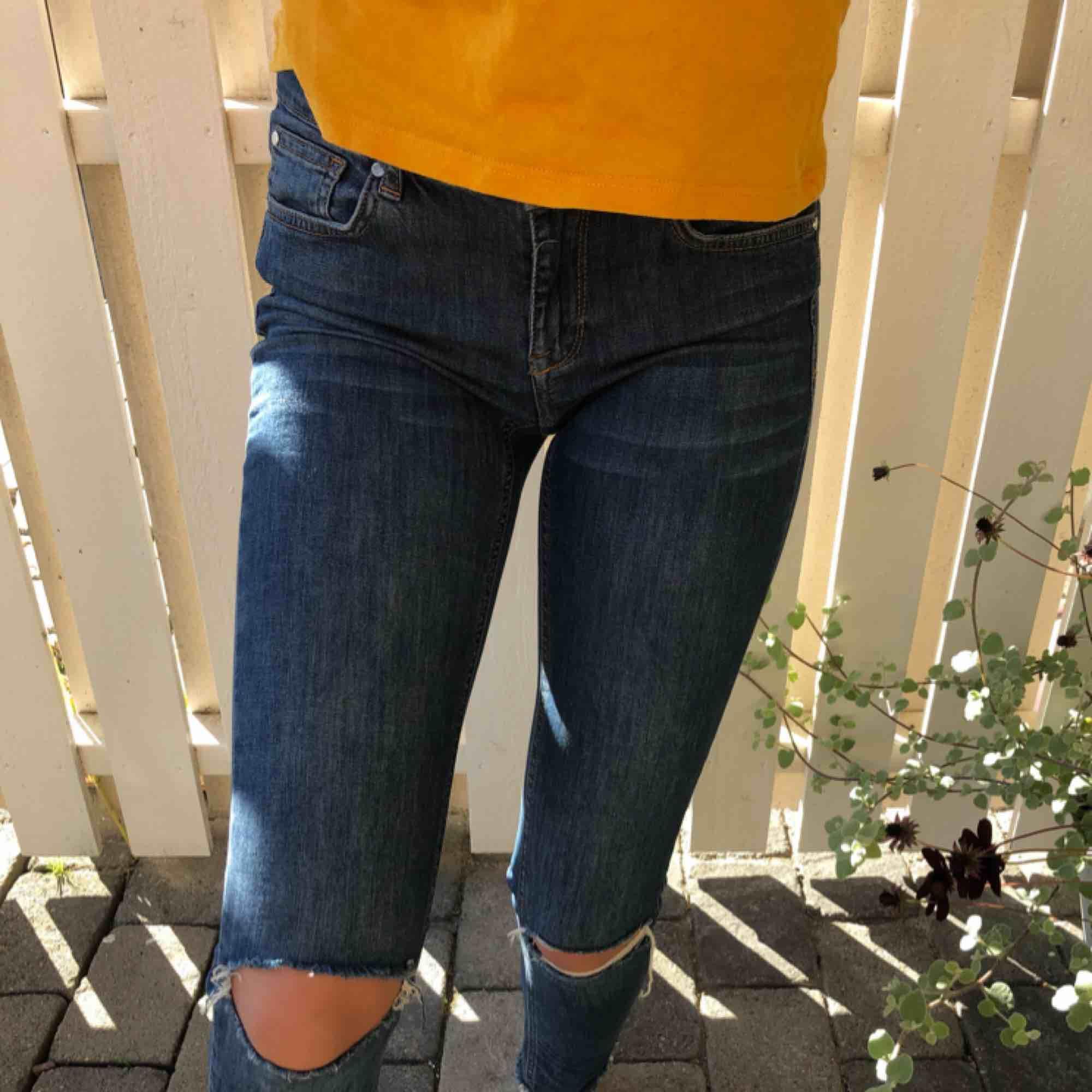 Snygga stretcha och sköna jeans med snygga hål på knäna från Gina Tricot! Knappast använda och i bra skick🤩🤩och du står för frakten.... Jeans & Byxor.