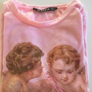 Snygg tröja från SHEIN! Säljer pga att den är lite för liten tyvärr... Jättefina detaljer och skönt material! Storlek M, men jag anser att den är mer som en S.
