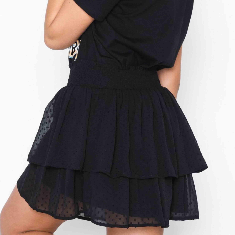 jättefin kjol som inte kommer till användning, 200 inklusive frakt! Skriv privat för egna bilder eller frågor 💖. Kjolar.