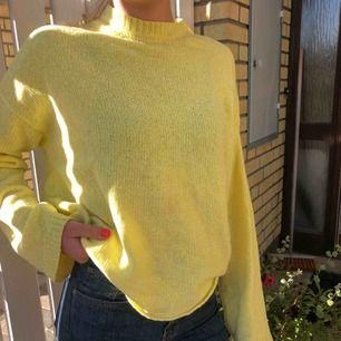 Jättefin stickad tröja med ännu finare gul färg från Nelly! Skön att ha på sig och blir toppen snygg nu till hösten. Frakt tillkommer💛💛🧡