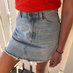 Fin jeans kjol som jag tyvärr måste sälja på grund av att den är lite förstor! Från Monki. Har alltså använt den jätte få gånger... frakten står du för🥰