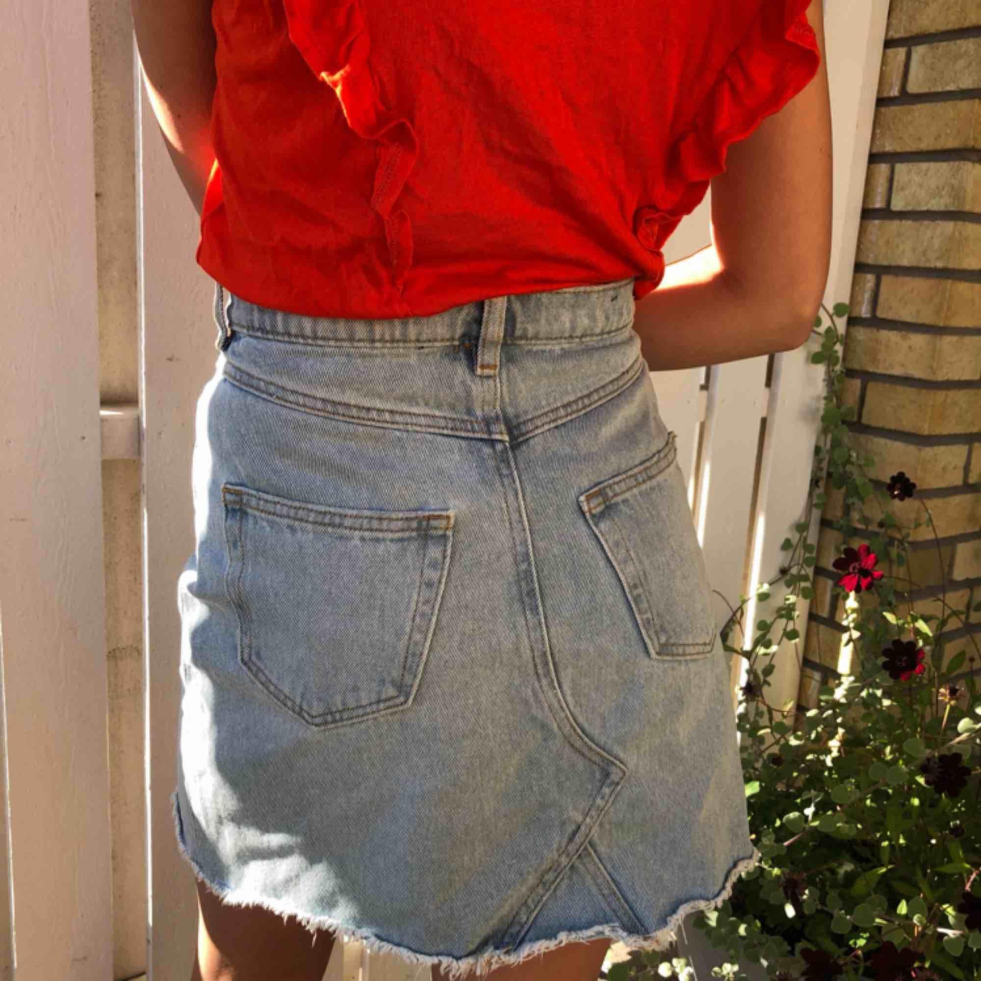 Fin jeans kjol som jag tyvärr måste sälja på grund av att den är lite förstor! Från Monki. Har alltså använt den jätte få gånger... frakten står du för🥰. Kjolar.
