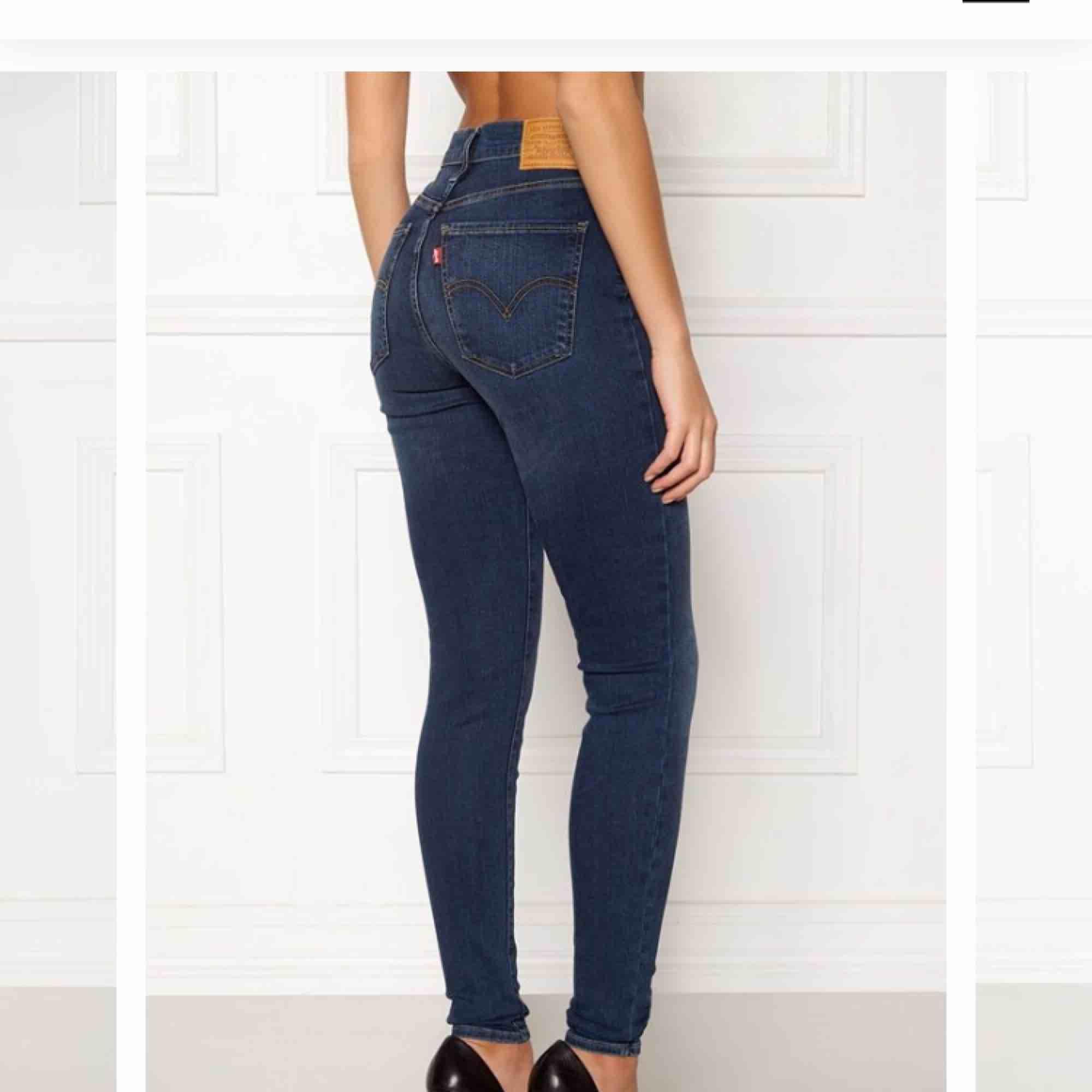 SÖKER BLÅA HÖGMIDJADE LEVIS JEANS AKUT!!! Dom ska vara i ny skick!!!! . Jeans & Byxor.