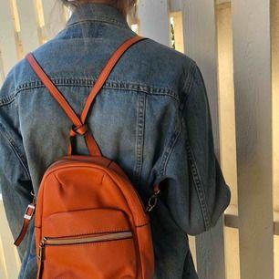 """jättefin och söt liten orange ryggsäck! Köpt i en finare butik i Frankrike från märket """"Carpisa"""". Jättefint skick och alla dragkedjor med mera fungerar perfekt! Frakten står du för🧡🥰"""