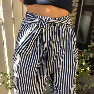 Säljer dessa jättefina randiga Zara byxor med knytning där fram! Fint skick då jag knappast använt dem, lätta att matcha till och är supersköna. Den lilla frakt som tillkommer står du för!💙👌🏼