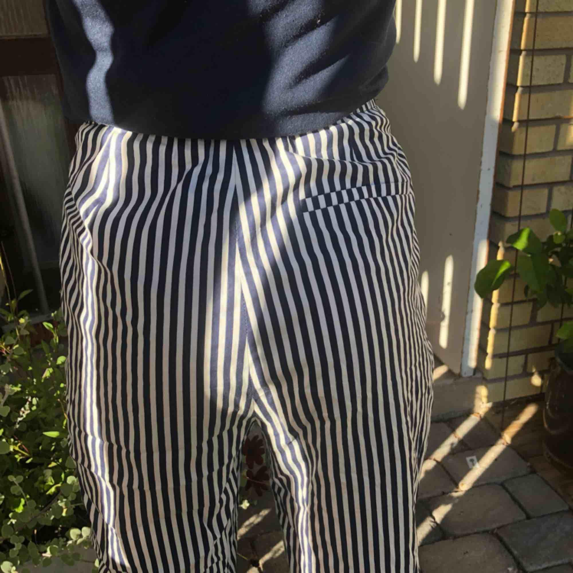 Säljer dessa jättefina randiga Zara byxor med knytning där fram! Fint skick då jag knappast använt dem, lätta att matcha till och är supersköna. Den lilla frakt som tillkommer står du för!💙👌🏼. Jeans & Byxor.