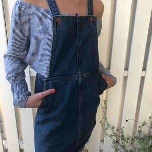 Jeans klänning från märket Monki!  Har själv oftast storlek S men denna passar mig absolut då man kan reglera storleken! Supersmidigt även med en dragkedja på sidan. Superbra skick, knappt använd och sitter jättebra!!!🥰 frakten står du för...:))