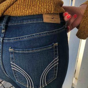"""Säljer dessa super fina hollister jeans! Snygg blå färg och fint """"Hollister-märke"""" på bakfickor! Aldrig använda, inköp pris 520 kr. 25 i midjan och 33 i längd. Du står för den lilla frakten som tillkommer💙"""