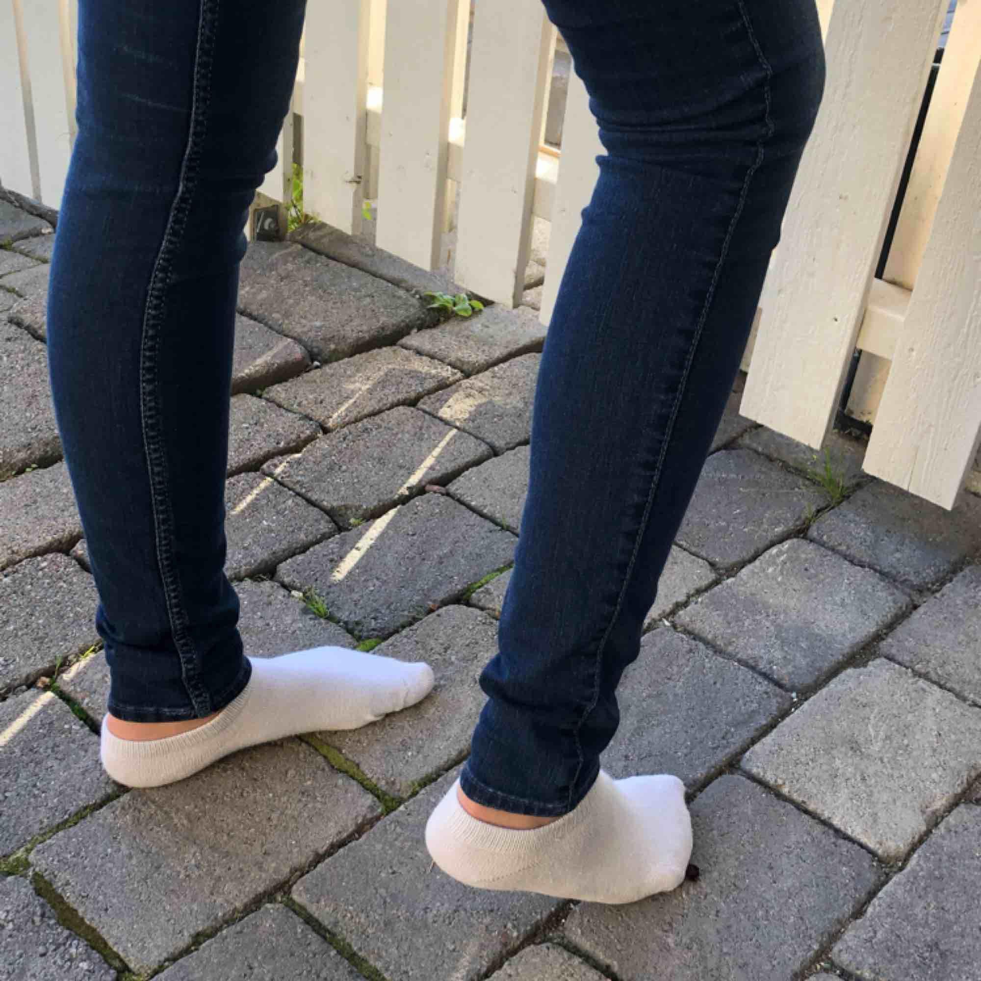 """Säljer dessa super fina hollister jeans! Snygg blå färg och fint """"Hollister-märke"""" på bakfickor! Aldrig använda, inköp pris 520 kr. 25 i midjan och 33 i längd. Du står för den lilla frakten som tillkommer💙. Jeans & Byxor."""