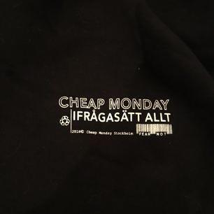 Supersnygg croppad hoodie från cheap monday med resår i midjan, använd max 5 gånger. Nypris är 500:-, jag säljer den för 200:- med frakten inräknad