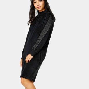 Jättefin ny kappa klänning från Junkyard! Nypris 1000. Använt 1 gång sen jag köpte den. Frakt ingår i priset! 💖