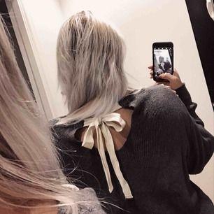 Jättefin och mysig stickad tröja från Zara, mörkgrå med band i ryggen😻 🗯fraktar alltid med video/bildbevis, frakt står köparen för (63kr)🗯