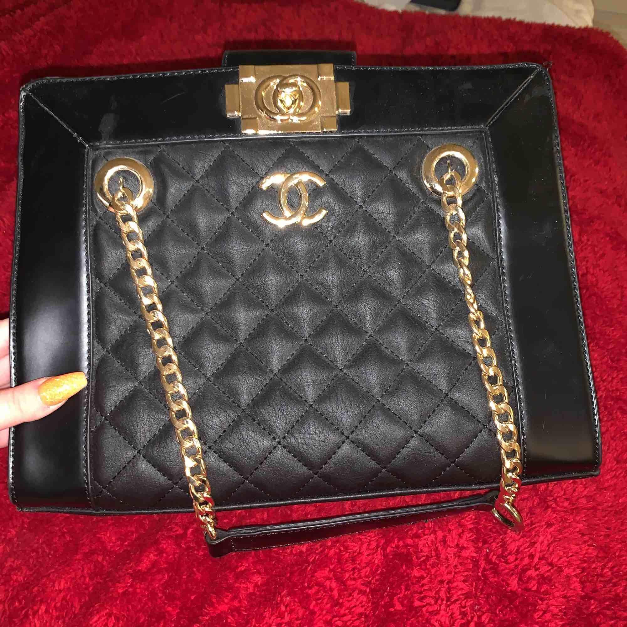 En Chanel kopia som jag köpte för något år sedan. Nästan aldrig använd och i bra skick, säljer den för att jag inte får någon användning av den i vardagen. Vid snabbt köp kan priset diskuteras. Bredd:31cm Höjd: 25cm Köparen står för frakten:). Väskor.