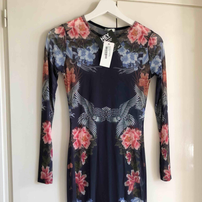 Oanvänd transparent klänning med mönster från Nelly. Köparen står för frakt!. Klänningar.