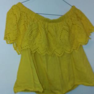 Gul gullig tröja från Ginatricot