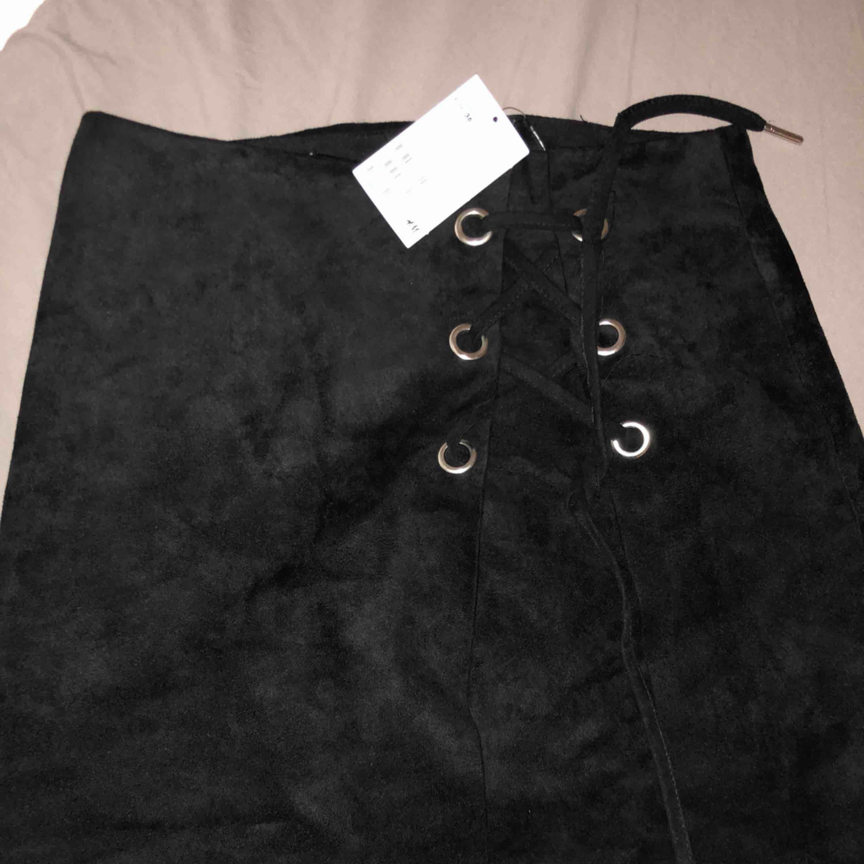 Fin mocka kjol från H&m. Aldrig använd. Storlek 36. Frakt tillkommer . Kjolar.