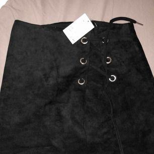 Fin mocka kjol från H&m. Aldrig använd. Storlek 36. Frakt tillkommer