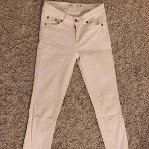 Ett par vita Lisa jeans från Gina Tricot. Knappt använda. Köparen står för frakten.
