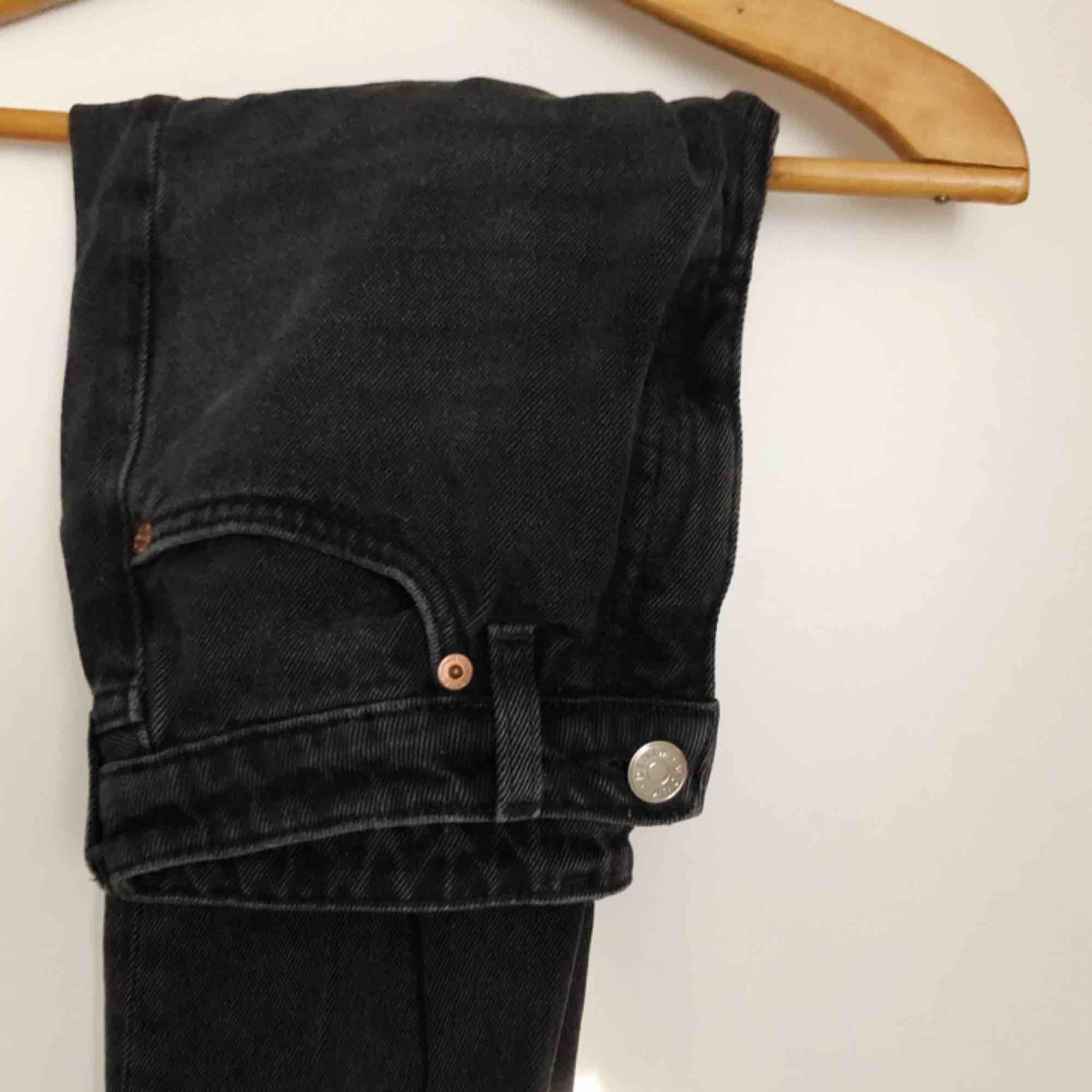 Superfina svarta byxor i mom jeans modell som tyvärr är lite för små för mig, frakt tillkommer💖. Jeans & Byxor.