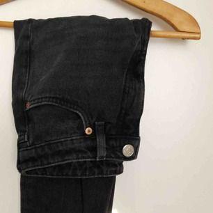 Superfina svarta byxor i mom jeans modell som tyvärr är lite för små för mig, frakt tillkommer💖