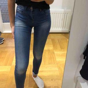 Stretchiga jeans, bra skick, passar xs o s längd 32