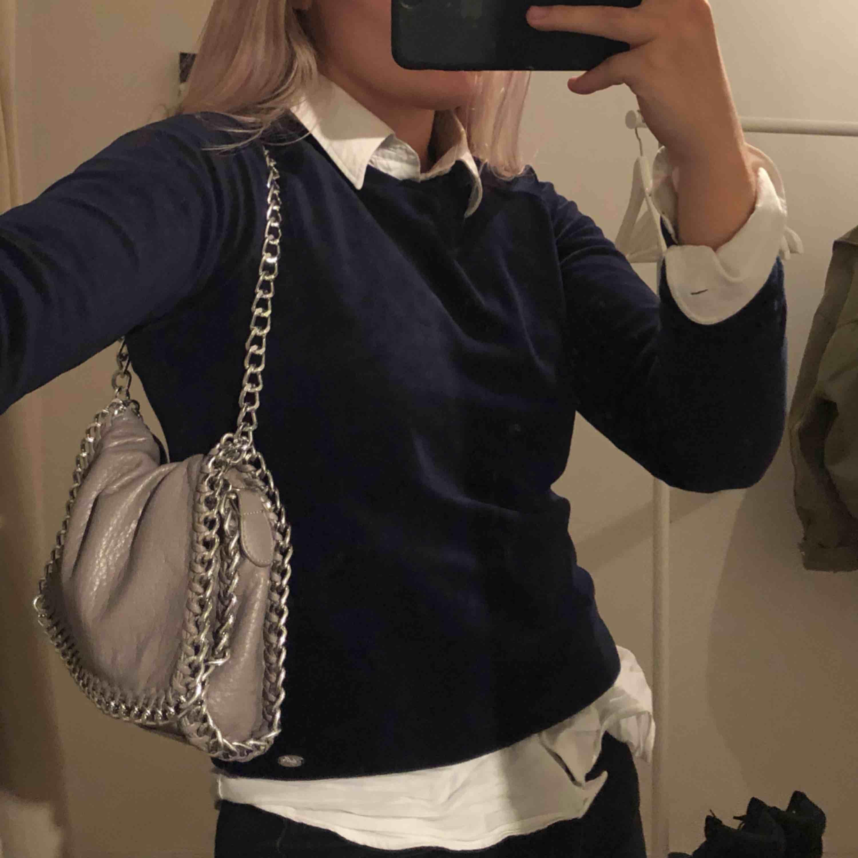 Supersnygg marinblå v-neck tröja i plysch. Använt fåtal gånger pga att jag vuxit ur den. (Nypris 300kr). Huvtröjor & Träningströjor.