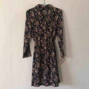 Vintage klänning från Pop boutique. Aldrig använd med prislapp kvar. Storlek L men passar även Medium.