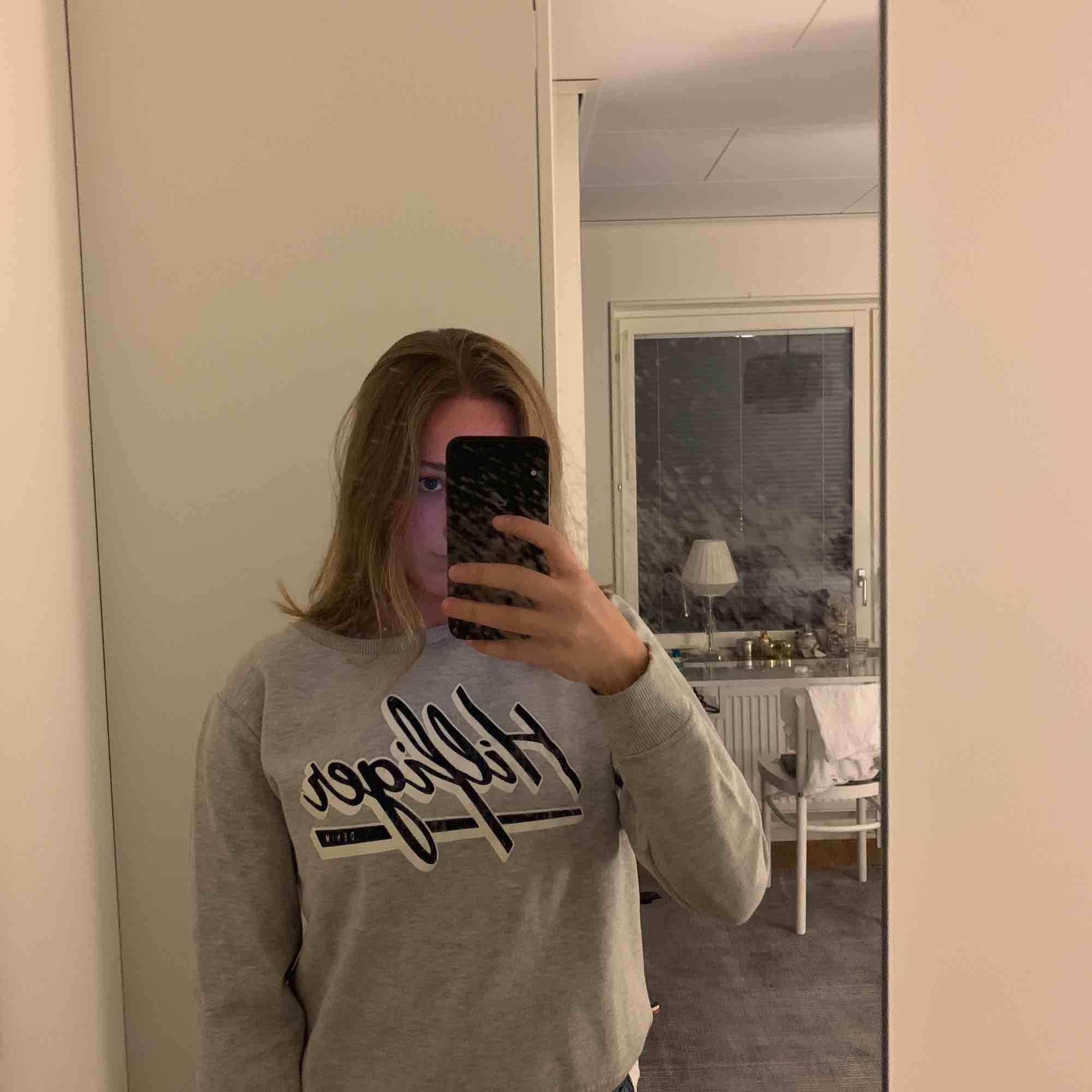Tommy Hilfiger sweatshirt i storlek M, 6/10 i skick. Inköpt förra sommaren för ca 1000 kronor . Tröjor & Koftor.
