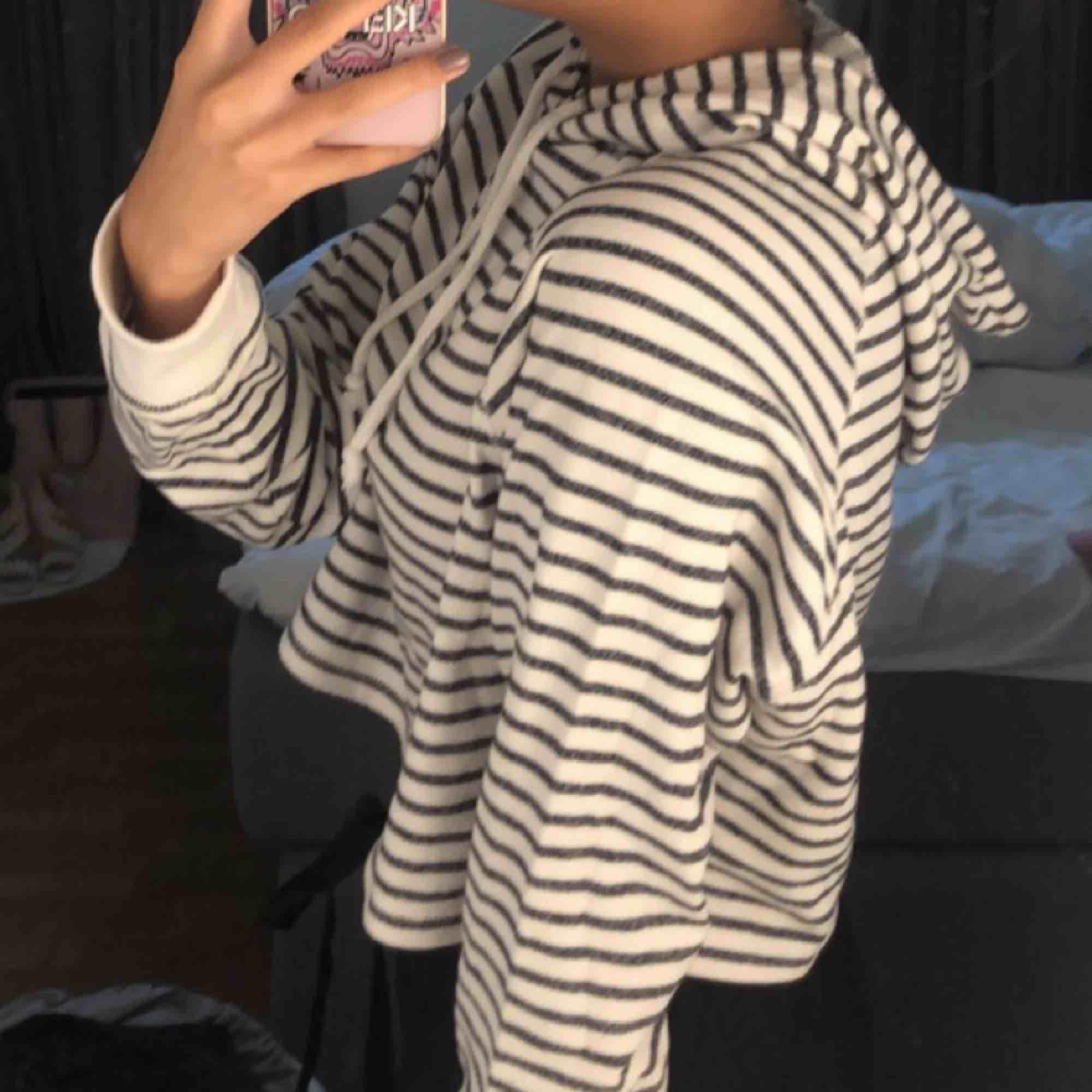 Croppad hoodie, inget slitage. Huvtröjor & Träningströjor.