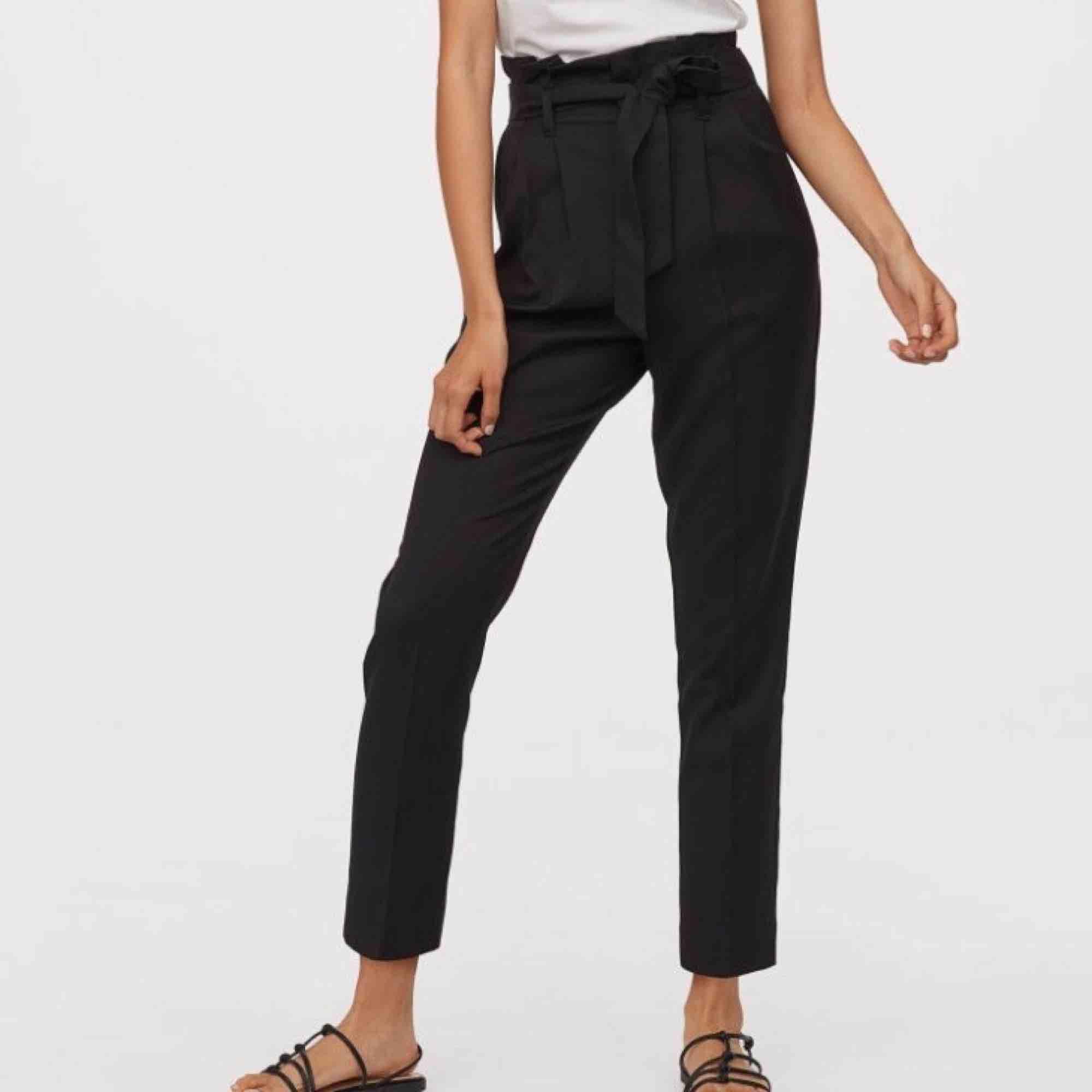 Ett par svarta paperbagbyxor i fint skick. Säljer pga att de används för sällan🤷🏽♀️ Nypris 250, frakt tillkommer💘. Jeans & Byxor.