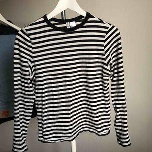 Randig tröja från H&M i storlek XS, passar även S och M. Jag är en M då den är för kort i ärmarna