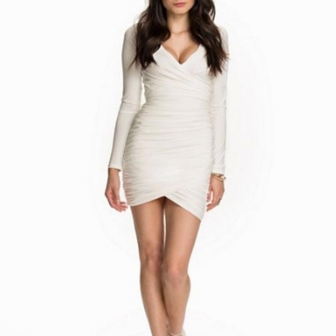 Vit smickrande klänning i veckat tyg, aldrig använd! Storlek L men skulle nog gissa att den passar M/L 🌟 frakt tillkommer! . Övrigt.