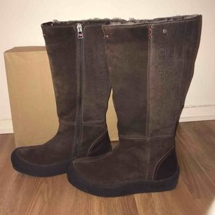 I bought these comfortable and warm Canada Snow brown boots in a sail for 2000 SEK last winter, but sadly they are a little bit small for me. These boots are made of natural leather with lamb wool inside.