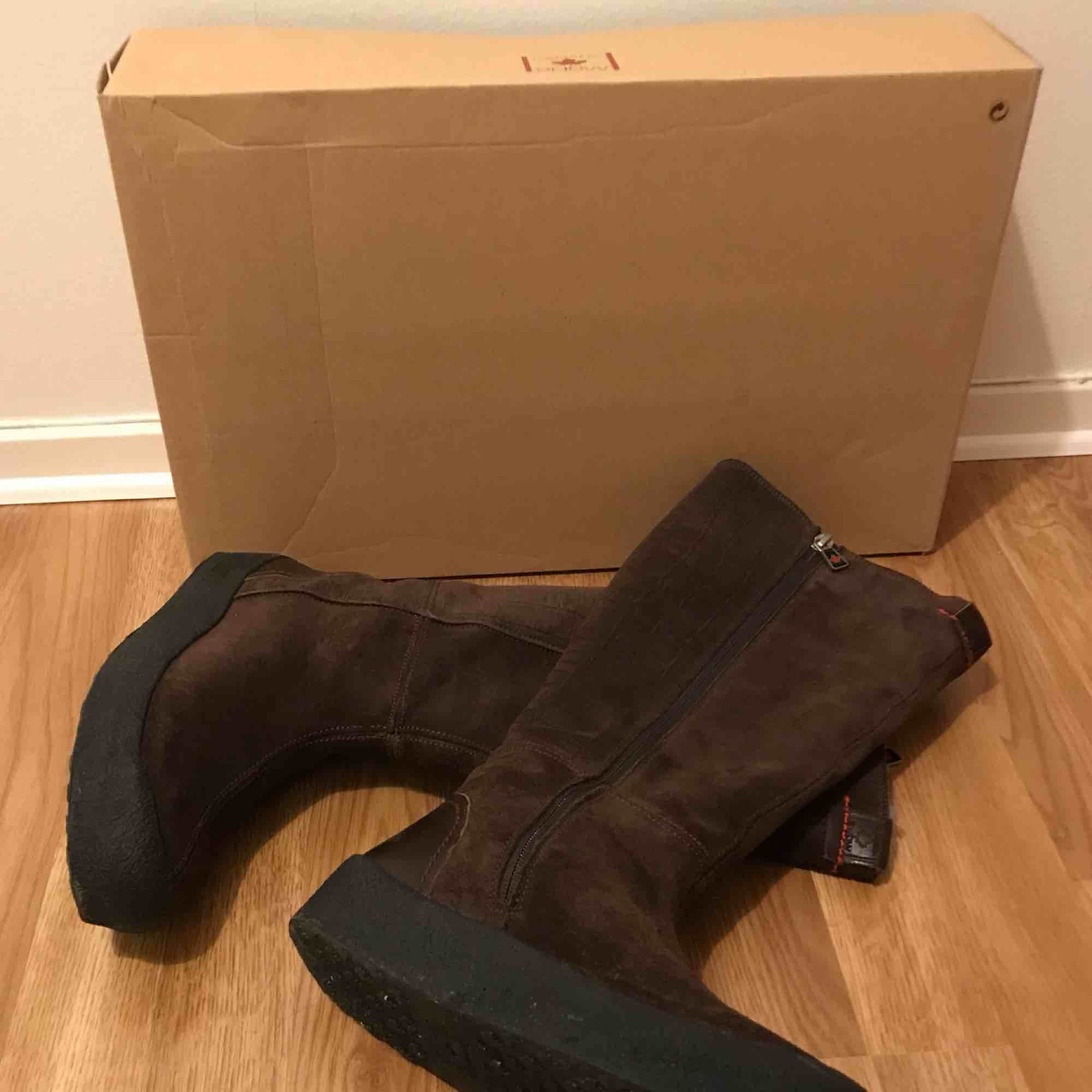 I bought these comfortable and warm Canada Snow brown boots in a sail for 2000 SEK last winter, but sadly they are a little bit small for me. These boots are made of natural leather with lamb wool inside.. Skor.