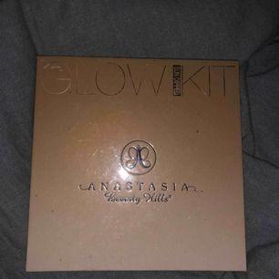 """Glowkit ifrån Anastasia Beverly Hills i färgen """"Sun dipped"""". Använt max 5 gånger, köpt på kicks."""
