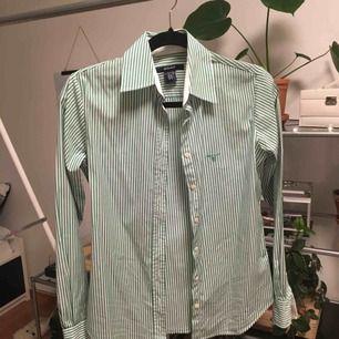 Skjorta med vita och gröna ränder från Gant. Lite använd. 97% bomull.  Priset är inkluderat frakt.
