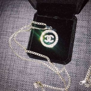 Chanelsmycke (inte äkta men med en fin dyr kedja i silver därav priset!)