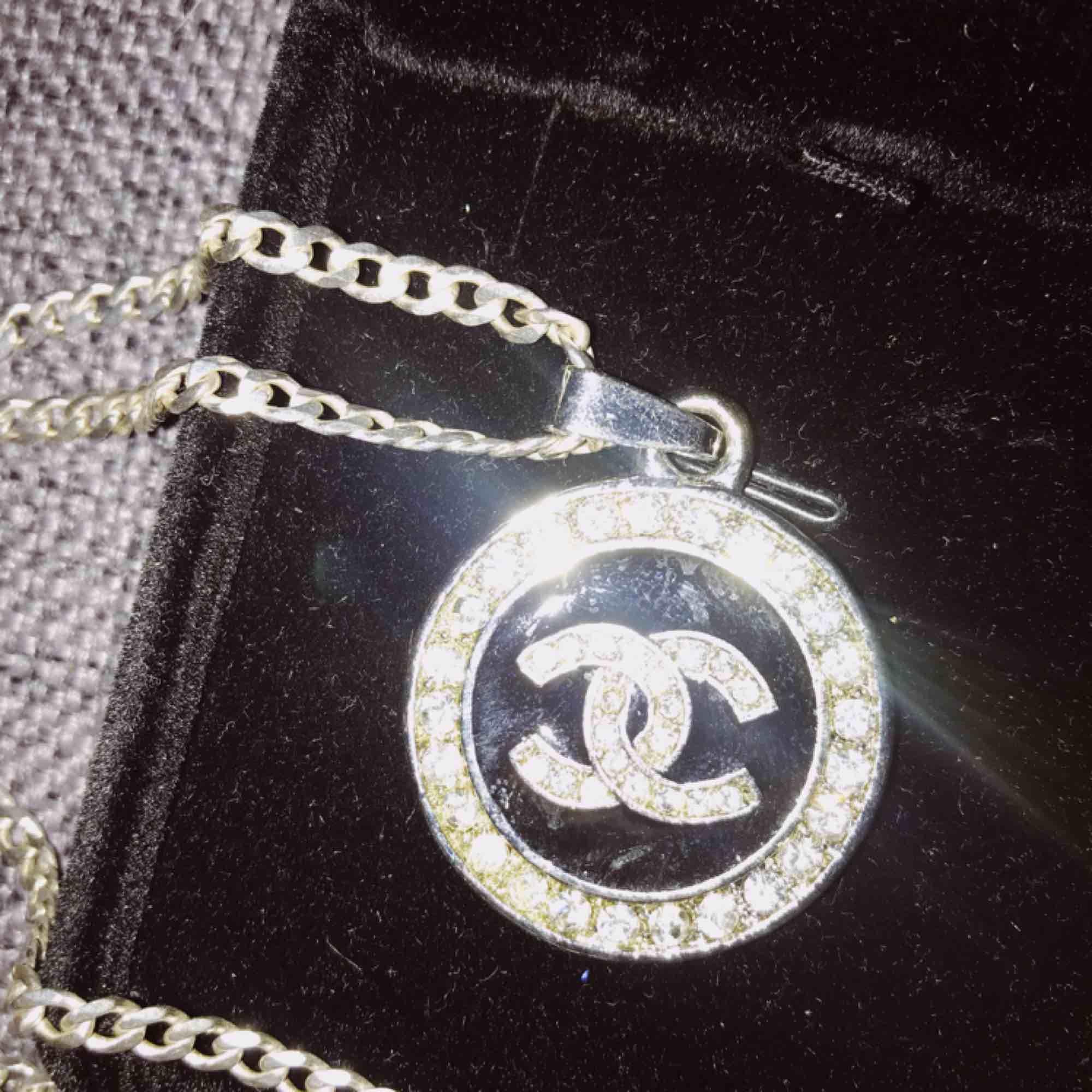 Chanelsmycke (inte äkta men med en fin dyr kedja i silver därav priset!) . Accessoarer.