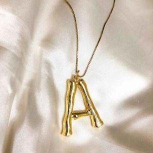 Guldigt halsband i form av ett A 💕 frakt: 9kr