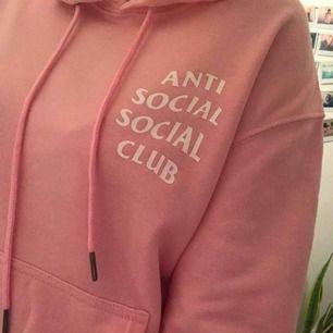 Rosa hoodie i nyskick bortsett från skrynklig... Vid frakt tillkommer 36:-