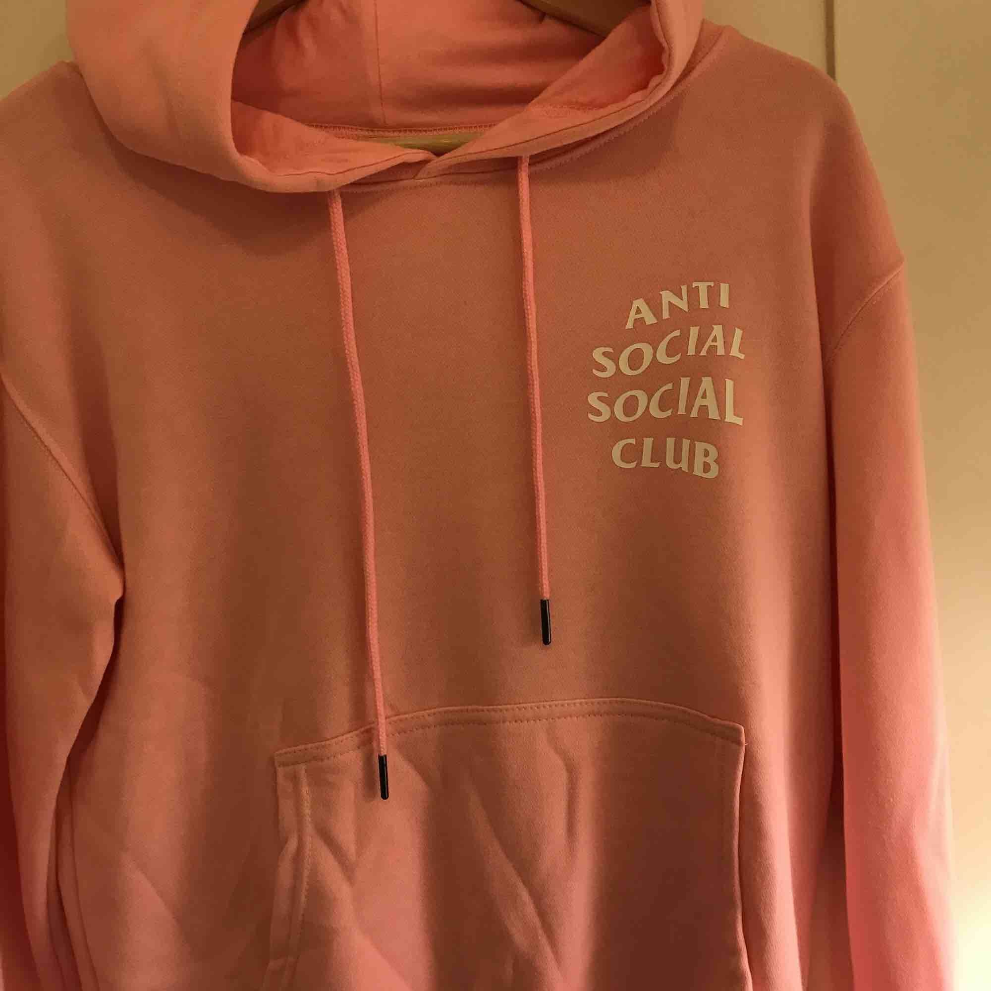 Rosa hoodie i nyskick bortsett från skrynklig... Vid frakt tillkommer 36:-. Huvtröjor & Träningströjor.