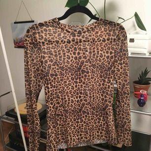 Långärmad mesh tröja med leopard print. Inte använd. Fin att ha under ett linne eller t-shirt.