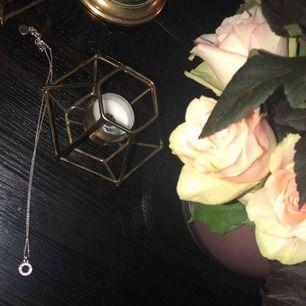 Silvrigt halsband från SNÖ Of Sweden. Köptes för 300 kr. Jag står för frakten✨✨✨