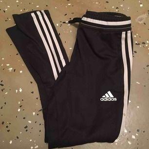 Adidas byxor i strl XXS, finns en fläck på ett av strecken som tyvärr ej går bort i tvättmaskin men annars bra kvalite. Bild hur de sitter på kan fås privat
